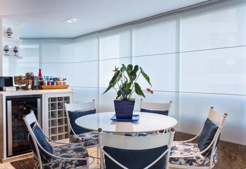Varanda integrada à sala de Convivencia: Terraços  por Bruno Sgrillo Arquitetura