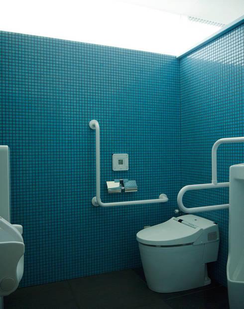 水中をイメージした多目的トイレ:       古津真一 翔設計工房一級建築士事務所が手掛けた浴室です。