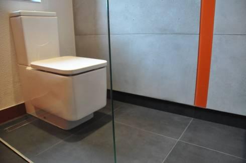 Szarości i pomarańcze: styl , w kategorii Łazienka zaprojektowany przez Tarna Design Studio