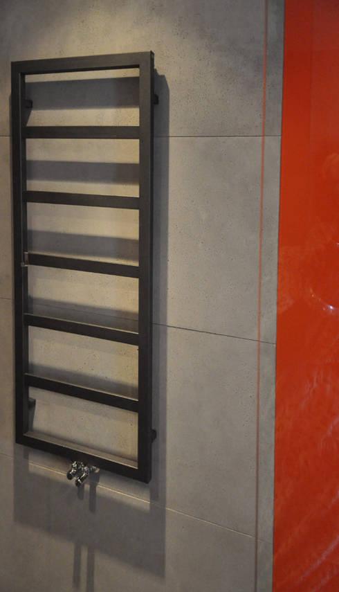 Szarości i pomarańcze: styl , w kategorii Jadalnia zaprojektowany przez Tarna Design Studio