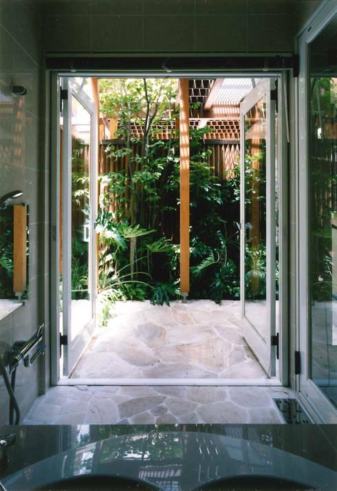 バスコート: 豊田空間デザイン室 一級建築士事務所が手掛けた浴室です。