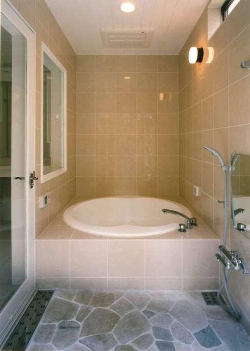 バスルーム: 豊田空間デザイン室 一級建築士事務所が手掛けた浴室です。