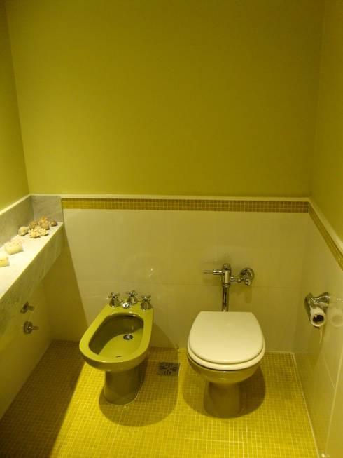 baño después de intervención :  de estilo  por Hargain Oneto Arquitectas