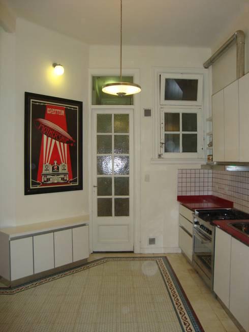Departamento sobre la calle Rivadavia esquina Pichincha: Cocinas de estilo moderno por Hargain Oneto Arquitectas