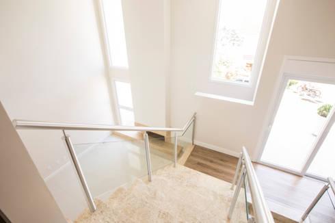 escada: Corredores e halls de entrada  por Deise Soares Estúdio de Arquitetura