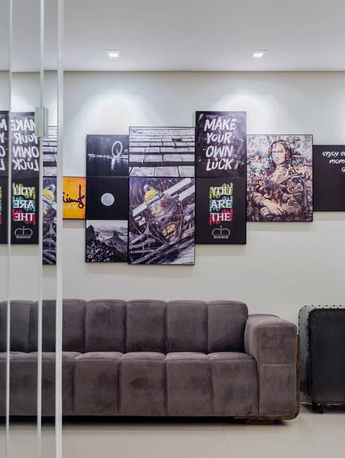 ART WORK COMPOSITION: Salas de estar industriais por STUDIO ANDRE LENZA