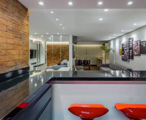 TROPICAL LOFT: Cozinhas industriais por STUDIO ANDRE LENZA