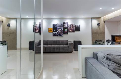 GREY LIVING ROOM: Salas de estar industriais por STUDIO ANDRE LENZA