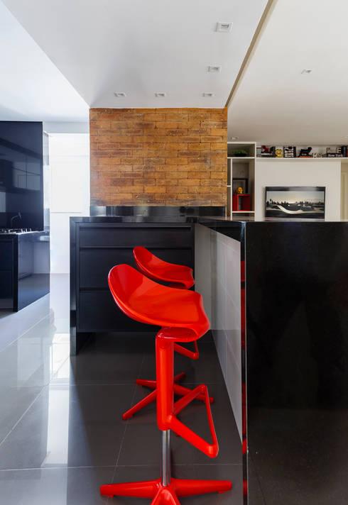 KARTELL RED CHAIR + BLACK KITCHEN: Cozinhas industriais por STUDIO ANDRE LENZA