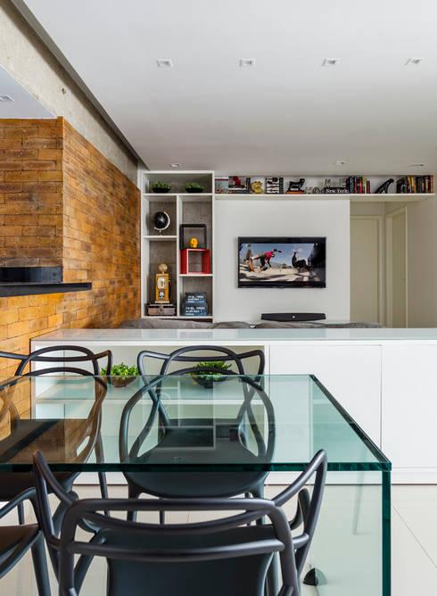 STRACK + GLASS TABLE: Salas de jantar industriais por STUDIO ANDRE LENZA
