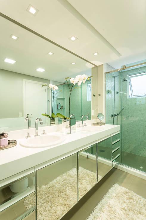 Apartamento Beiramar FL-2: Banheiros modernos por KARINA KOETZLER arquitetura e interiores