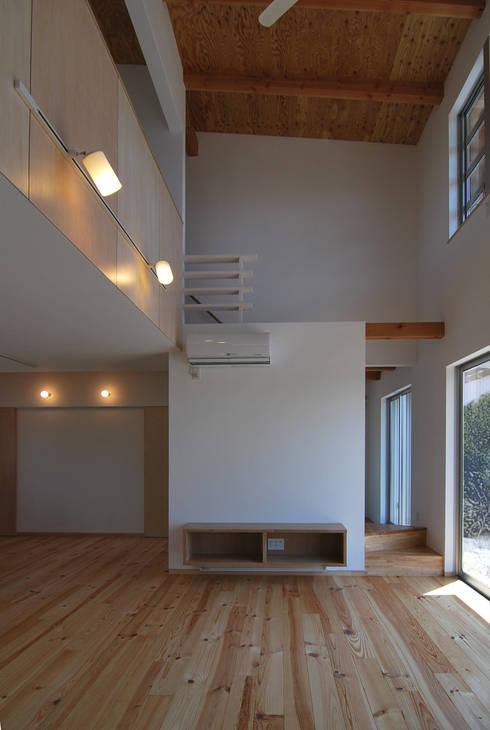 リビングルーム: 原 空間工作所 HARA Urban Space Factoryが手掛けたリビングルームです。