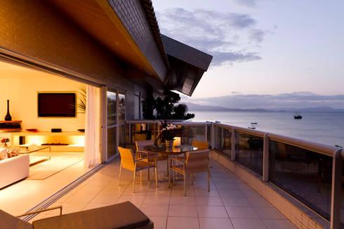 Apartamento Beiramar FL-3: Terraços  por KARINA KOETZLER arquitetura e interiores