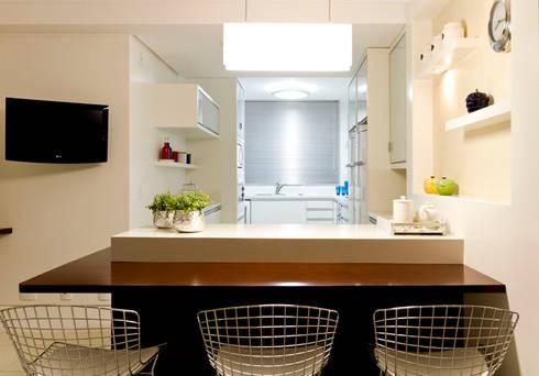 Apartamento Beiramar FL-3: Cozinhas modernas por KARINA KOETZLER arquitetura e interiores