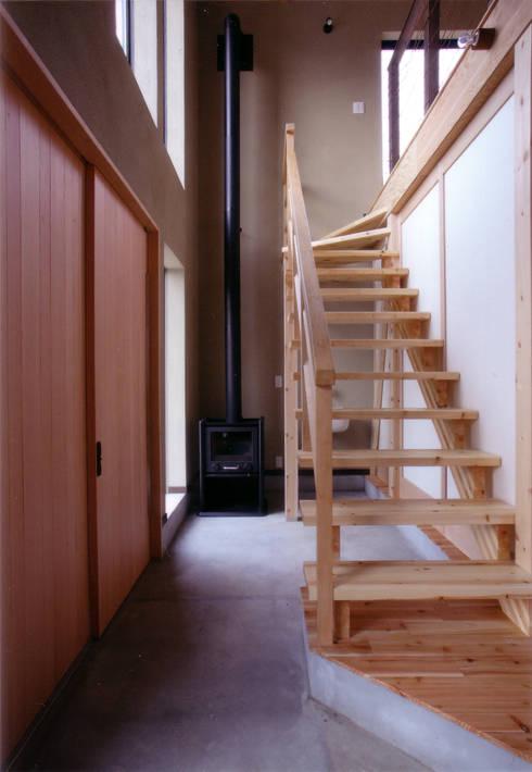 玄関土間: 豊田空間デザイン室 一級建築士事務所が手掛けた廊下 & 玄関です。