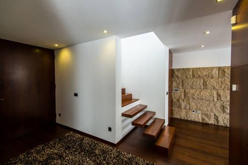 Casa Mar – Avanca: Corredores e halls de entrada  por a3mais
