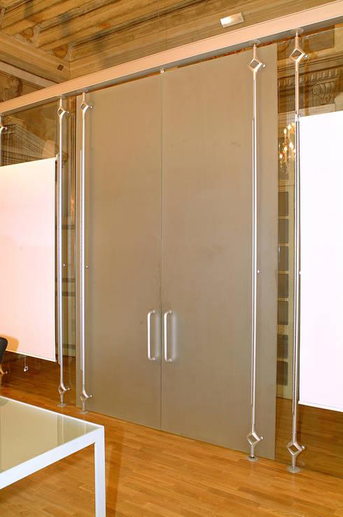 porta doppia con apertura a bilico: Finestre & Porte in stile  di Rizzo 1830