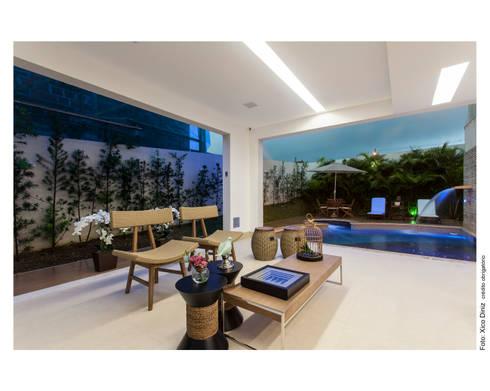 Casa Alphaville: Varanda, alpendre e terraço  por Vanja Maia - Arquitetura e Interiores