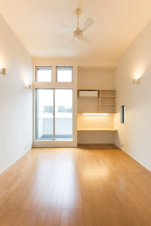 リビング: 秦野浩司建築設計事務所が手掛けたリビングです。