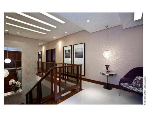 Casa Horto Florestal: Corredor, vestíbulo e escadas  por Vanja Maia - Arquitetura e Interiores