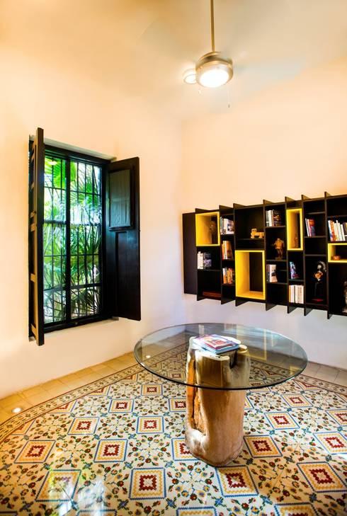Pasillos y recibidores de estilo  por Taller Estilo Arquitectura