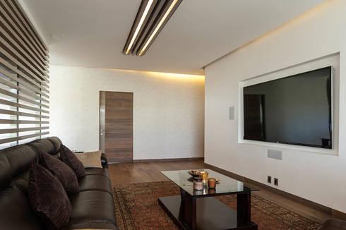 DEPARTAMENTO EN BOSQUE REAL: Salas multimedia de estilo moderno por HO arquitectura de interiores