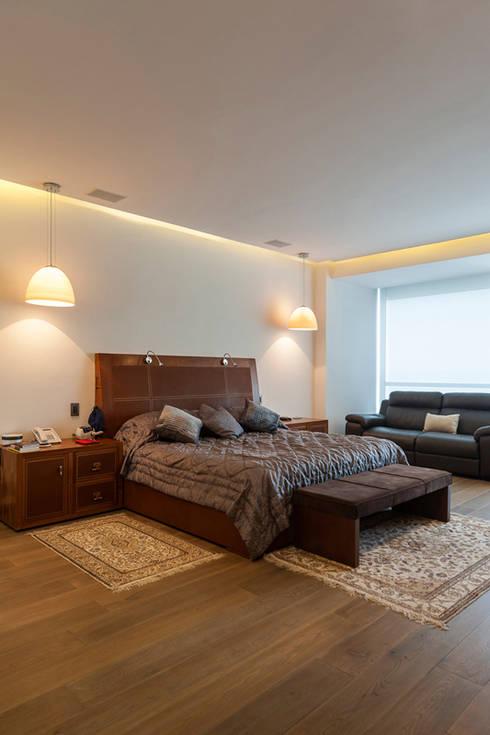 DEPARTAMENTO EN BOSQUE REAL: Recámaras de estilo moderno por HO arquitectura de interiores
