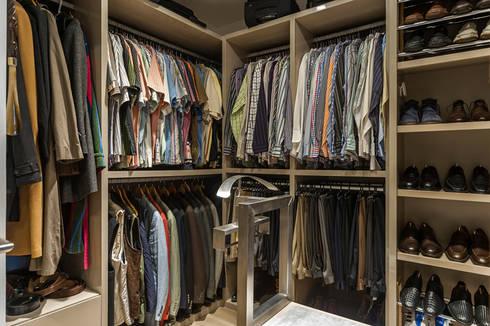 DEPARTAMENTO EN BOSQUE REAL: Vestidores y closets de estilo moderno por HO arquitectura de interiores