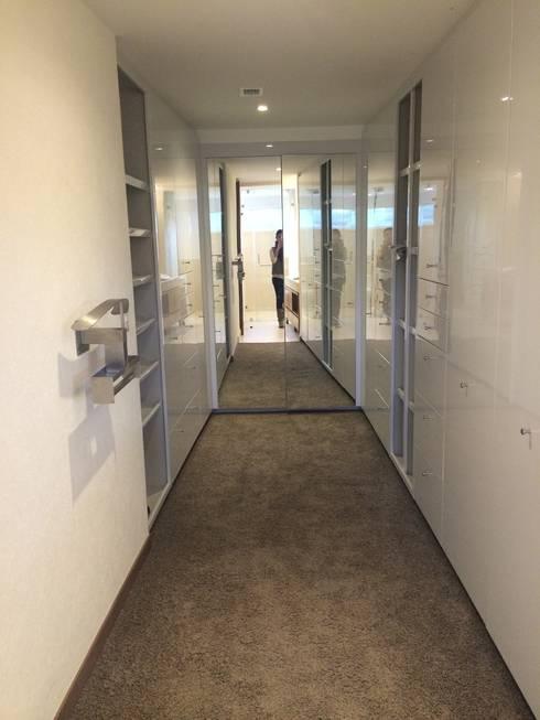 Perchero: Vestidores y closets de estilo moderno por HO arquitectura de interiores