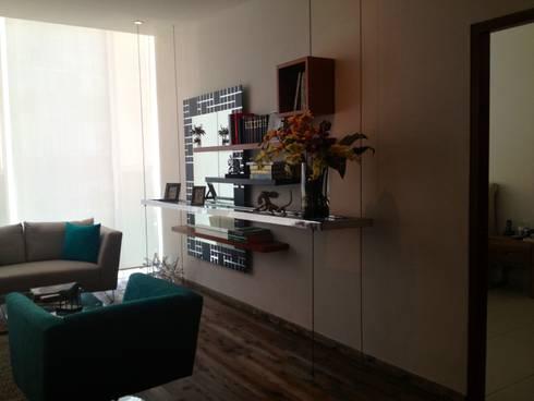 Repisa de cristal, con marco de acero inoxidable suspendido con tensores: Salas de estilo moderno por HO arquitectura de interiores