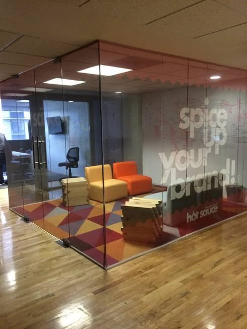 Cubo de cristal: Oficinas y tiendas de estilo  por HO arquitectura de interiores