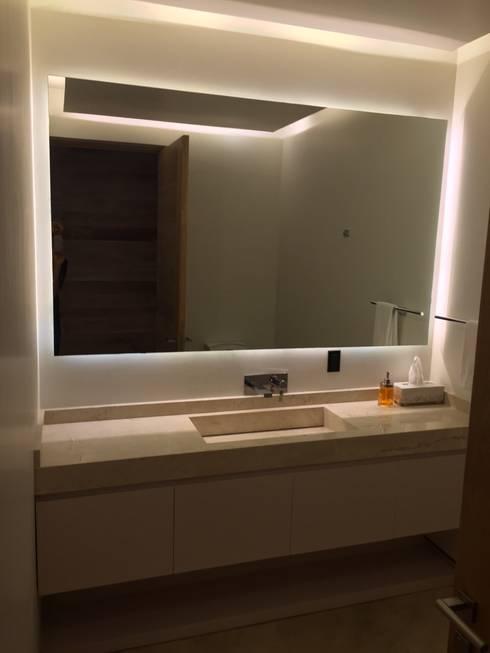 Mueble de baño con luz indirecta: Baños de estilo  por HO arquitectura de interiores