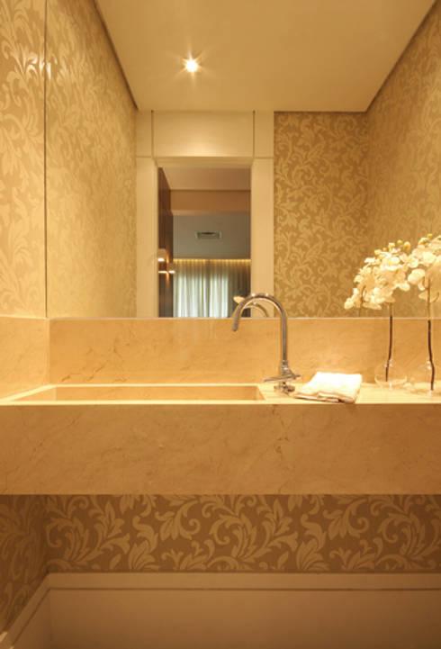 Lavabo: Banheiros clássicos por Carolina Ouro Arquitetura