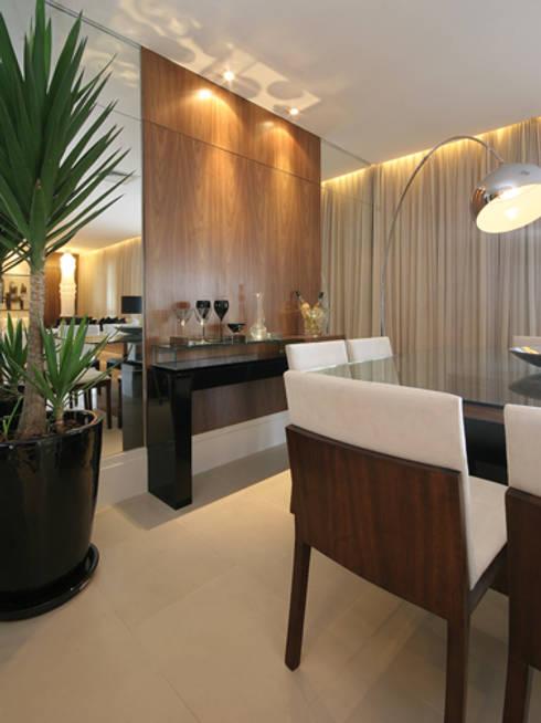 Apartamento residencial – Ed. Lumina Parque Clube: Salas de jantar clássicas por Carolina Ouro Arquitetura