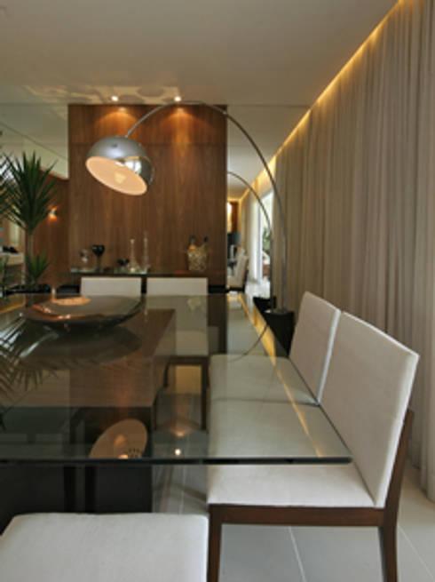 Sala de Jantar: Salas de jantar clássicas por Carolina Ouro Arquitetura