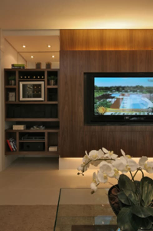 Media room by Carolina Ouro Arquitetura