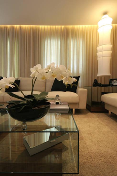 Sala de estar: Salas de estar clássicas por Carolina Ouro Arquitetura