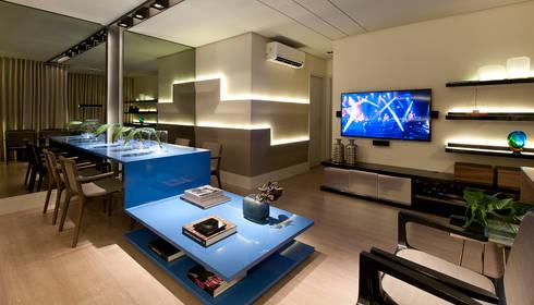 SALA DE JANTAR/HOME THEATER: Salas de jantar modernas por Matheus Menezes Arquiteto