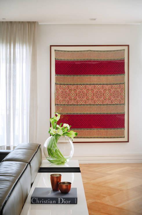 Detalhes: Sala de estar  por Thaisa Camargo Arquitetura e Interiores