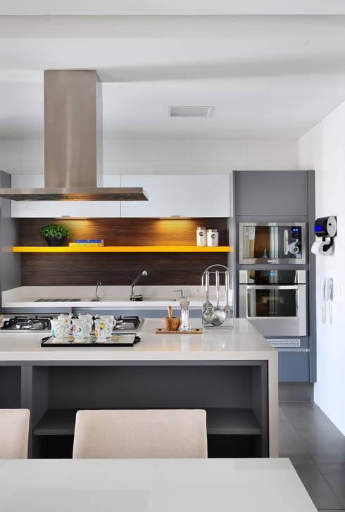 Projekty,  Kuchnia zaprojektowane przez Thaisa Camargo Arquitetura e Interiores