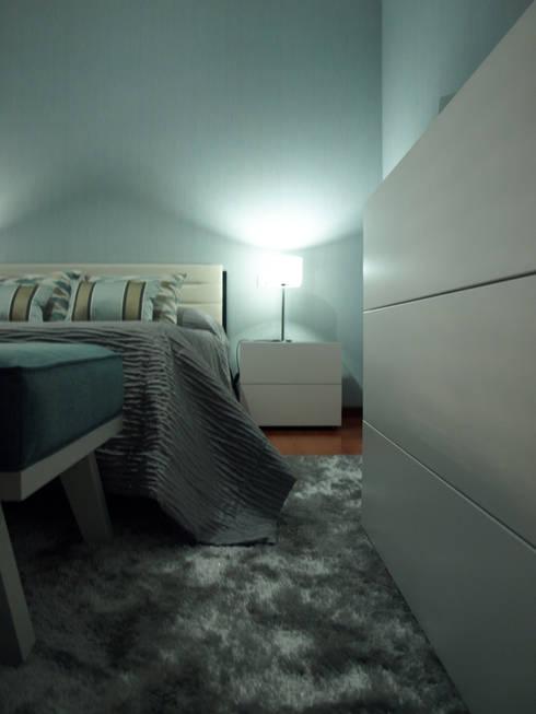 Um quarto muito azul.: Piscinas modernas por NMVM