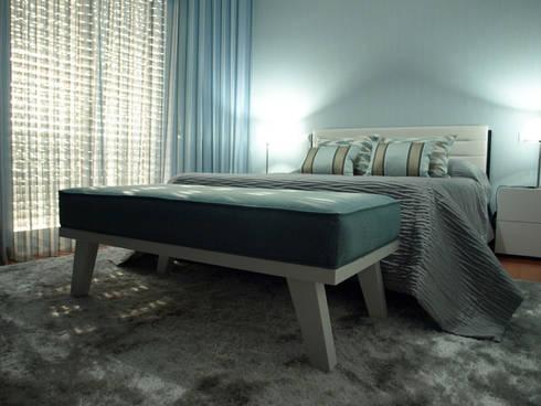 Um quarto muito azul.: Quartos modernos por NMVM