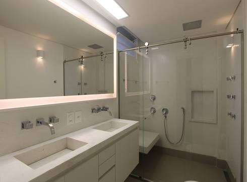 APARTAMENTO JARDINS – SP: Banheiros modernos por Domingos Bidoia Arquitetura