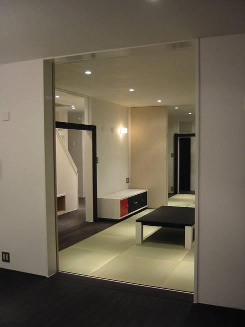 リビングより和室を見る: 青戸信雄建築研究所が手掛けたです。