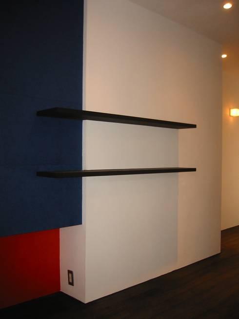 玄関飾り棚: 青戸信雄建築研究所が手掛けたです。