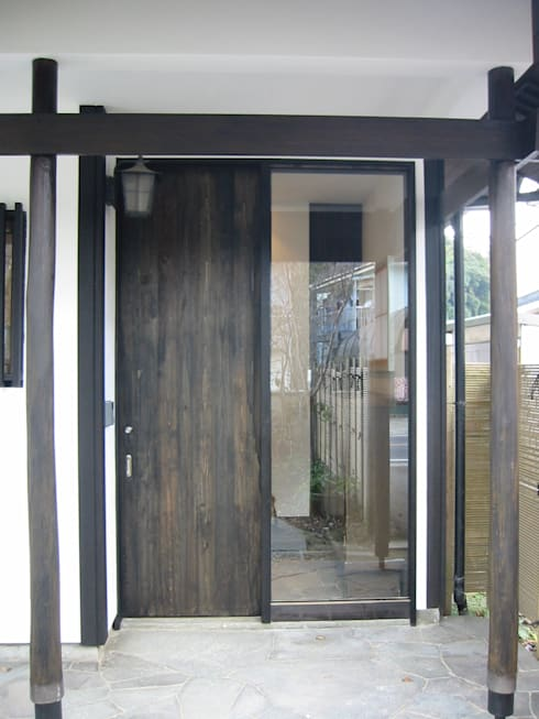 玄関(外観): 青戸信雄建築研究所が手掛けたです。