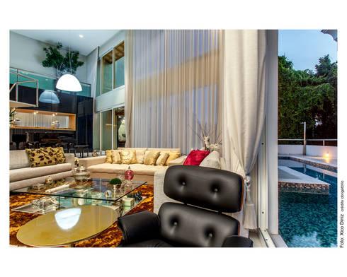 Preto e dourado como destaque: Salas de estar clássicas por Cristiane Pepe Arquitetura