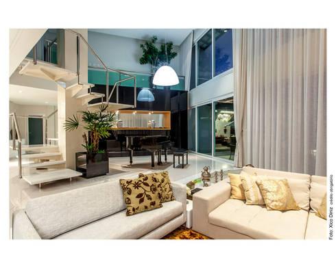 Escada escultural: Salas de estar clássicas por Cristiane Pepe Arquitetura
