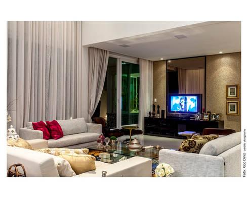 Home aconchegante: Salas de estar clássicas por Cristiane Pepe Arquitetura