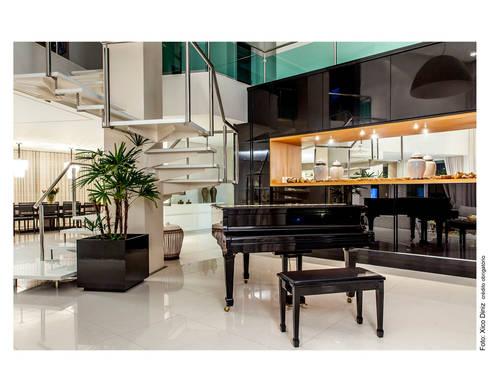 Piano preto: Salas de estar clássicas por Cristiane Pepe Arquitetura